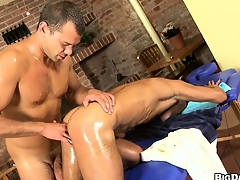 Massage sitting-room muscled gay purchaser gets a gumshoe and asshole massaged