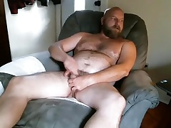 Dishy guy is masturbating in the guest court and filming himself on webcam